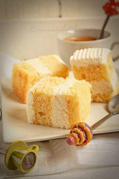 Mod de preparare Prajitura cu ananas si frisca: Blat: Separam albusurile de galbenusuri. Albusurile le batem spuma tare cu un praf de sare, la viteza maxima a mixerului. Cand spuma s-a intarit bine adaugam zaharul pudra si mixam pana spuma devine densa si lucioasa. Spuma de albusuri se va tine… Romanian Desserts, Mascarpone Cheese, Cornbread, Vanilla Cake, Deserts, Cooking Recipes, Sweets, Fruit, Ethnic Recipes