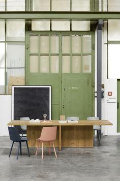 Solid wood table ZEHN by Philipp Mainzer in the e15 Frankfurt showroom. Side chair: HOUDINI by Stefan @stefandiez in beige red and navy. / #e15 #oak