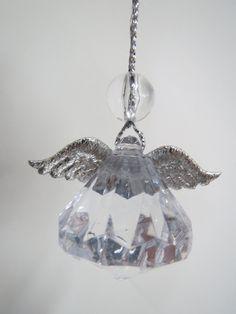 Suojelusenkeli on tehty akryylitimantista, johon on liimattu siivet ja pää on pieni pyöreä lasihelmi.