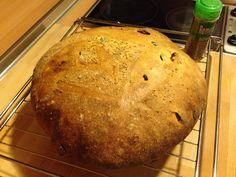 Pan de aceitunas, tomate y oregano