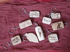 Schlüsselanhänger, aus reinen Holzästen geschliffen und geschnitten. Mit Brennkolben in vielen Variationen bemustert