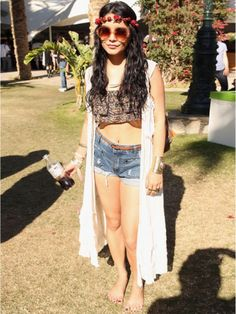 Celebrities such as Vanessa Hudgens, Bella Thorne, and Kendall Jenner have attended Coachella and other music festivals in style. To inspire your music festival fashion, we've rounded up the most fashionable, stylish Coachella outfits celebs have worn. Coachella 2012, Festival Coachella, Festival Outfits, Festival Fashion, Coachella Style, Coachella Valley, Reggae Festival, Coachella Hair, Concert Fashion