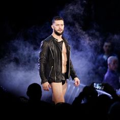 wwe All eyes are on the Leader of the #BalorClub. #RAW @finnbalor  2017/12/11 06:27:25