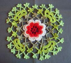 Fx. til gardin/forhæng. Crochet: IRISH ROSETTE FROM THE HANDS OF ALLA KOVAL.