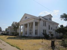 Cool house in Mangum, OK.  Nice lines. too bad it was abandoned must have been beautiful once.