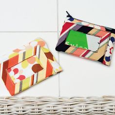Make a break! How to make a convenient and stylish pass case with accessories (cloth accessories) Japanese Sewing, Id Wallet, Handmade Bags, Picnic Blanket, Diy And Crafts, Sewing Projects, Coin Purse, Gift Wrapping, Bows