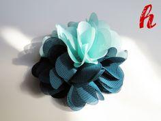 Chiffonblüte in der Farbkombination Türkis-Grünblau mit Befestigung nach Wahl.