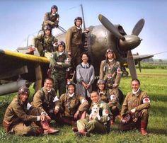 Japanese pilots posing together with a Nakajima Hayabusa (Oscar) Military Photos, Military History, Ww2 Aircraft, Military Aircraft, Fighter Pilot, Fighter Jets, Photo Avion, In The Air Tonight, Imperial Japanese Navy