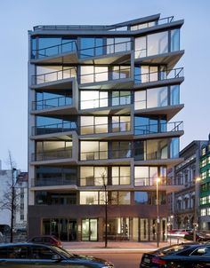 Apartments Charlotte / Michels Architekturbüro. A maneira como ele desenha a esquina do prédio, para nao repetir o jogo de zigue zague que fica no meio da edificação.