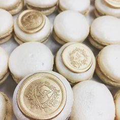 How incredible are these macarons with wax seals created by @whiskcakecompany for this wedding!?🙌🏻✨ .!