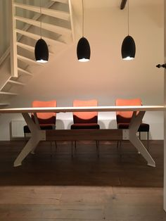 Combinatie van de Bix eetkamertafel van @bertplantagie met de duo eetkamerstoelen.  de verlichting is de Bullit