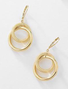 Par de aretes de doble círculo, uno liso y otro diamantado, elaborados en 4 baños de oro de 18 kt y sujeción de patente. Modelo 415805.