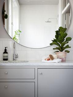 37 Elegant Mirror Bathroom Tiles Ideas For Amazing Bathroom Upstairs Bathrooms, Small Bathroom, Mirror Bathroom, Bathroom Trends, Bathroom Interior, Bad Styling, Bathroom Design Inspiration, Mirror Cabinets, Bathroom Styling