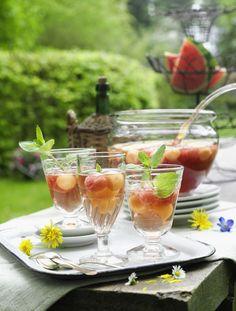 Sommer-Bowle mit Melone       Zutaten für 12 Gläser: 4 Beutel Malventee, 1 Orange, ó Zuckermelone (hier: Cantaloupe-Melone), 500 g Wassermelone,