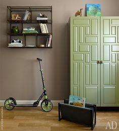 Шкаф в детской сделан на заказ в мастерской Enjoy Home. Металлические полки Arthunter.