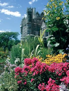 Casa Loma in Toronto, Canada - A previous pinner said: We were in Toronto for a Managers meeting and had a Murder Mystery Dinner at the castle Ottawa, Quebec, Torre Cn, Oh The Places You'll Go, Places To Visit, Parks, Famous Castles, Toronto Canada, Canada Travel