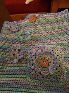 blauw/groene tas . De vlinderjes en grannysquare met bloem zie je ook op dit bord Blanket, Crochet, Ganchillo, Blankets, Cover, Crocheting, Comforters, Knits, Chrochet