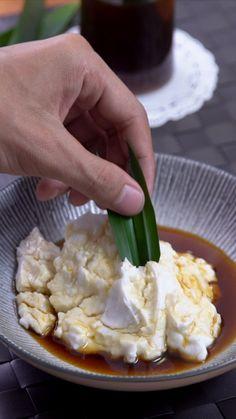 Bubur sumsum adalah sejenis makanan berupa bubur warna putih yang dimakan dengan kuah manis (air gula merah). Dibuat dari bahan tepung beras. Nama bubur sumsum diambil dari penampilannya yang seperti sumsum tulang. Biasanya, para pedagang bubur sumsum menjualnya bersama candil / bubur biji salak. Easy Cooking, Cooking Recipes, Malaysian Food, Exotic Food, Asian Desserts, Diy Food, No Cook Meals, Food Videos, Love Food