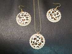 Cheetah bottle cap necklace and earrings set Bottle Cap Bracelet, Bottle Cap Earrings, Bottle Caps, Diy Earrings, Weird Jewelry, Things To Do When Bored, Earring Crafts, Bottle Cap Crafts, Arts And Crafts