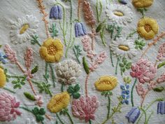 Vintage Hand Embroidered Linen Tablecloth PASTEL DAISIES & BUTTERCUPS 32  X 32