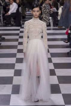 See all the Christian Dior Haute Couture Spring/Summer 2018 photos on Vogue. Christian Dior Couture, Dior Haute Couture, Style Couture, Fashion 2018, Fashion Week, Runway Fashion, Spring Fashion, High Fashion, Fashion Outfits