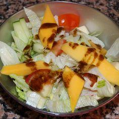 Hoy nos apetecía comer algo fresco y sano (que estamos preparando la #operacionbikini). Así que nuestro amigo @quericorecetas nos ha preparado esta rica 'ensalada de la casa'.