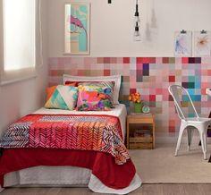 Este quarto reúne tudo de que uma moça descolada precisa: espaço de sobra para roupas e acessórios, um canto cheio de estilo para o computador e, claro, uma cama deliciosa – esta aqui, repare bem, é maior que o padrão de solteiro!