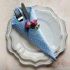 Em formato de cone, com minirrosas. Guardanapo Roupa de Mesa, pratos Stiledoc, talher Divino Espaço (Foto: Iara Venanzi)
