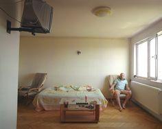 Kahle Wände, minimalistische Einrichtung, nicht einmal Gardinen an den Fenstern: Man vermutet es schon - eine Junggesellenwohnung. HerrCojanu Ilie, der Bewohner dieses Zimmers,gilt im Haus als Schürzenjäger.