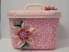 potes de sorvetes decorados com tecidos - Pesquisa Google Ice Cream Containers, Sewing Projects, Projects To Try, Homemade Toys, Pretty Box, Altered Boxes, Tupperware, Coffee Cans, Fabric Crafts