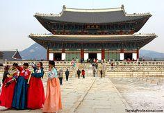 Hoje também visitamos o Palácio Gyeongbokgung, o palácio real aqui em Seul, Coreia do Sul. Ele foi construído em 1395 e abandonado por quase três séculos. Depois, foi reconstruído em 1867. No início do século XX, grande parte do palácio foi destruído pelo Império do Japão., mas foi novamente restaurado. . Palácio Gyeongbokgung, the Royal Palace in Seoul, Coreia do Sul.  . #TuristaProfissional #Seul #Seoul #Coreia #Korea