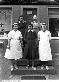 HO-Verkaufsstelle. Mitarbeiterinnen vor dem Eingang