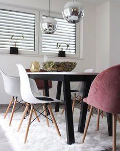 Rücke Dein Zuhause ins rechte Licht, am besten mit Pendelleuchte BALL von Frandsen. Modern und minimalistisch bereichert diese den Raum und besticht durch eine tolle Halbkugelform. Schimmernde Chromfarbe unterstreicht den trendigen Charakter dieser Leuchte, der dieses Modell zum glamourösen Statement an der Decke macht. // Esszimmer Leuchte Lampe Ideen Tisch Stühle Samt Fell #EsszimmerIdeen #Leuchte #Samt @aenna_xoxo #LampDecke