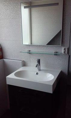 Badkamer. Meubel ikea, spiegel met verlichting Bruynzeel, tegel Venis Cubica Blanco