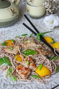 Теплый салат со свининой и лапшой соба. #pork, #soba, #noodles, #vegetables, #meat, #food, #salad