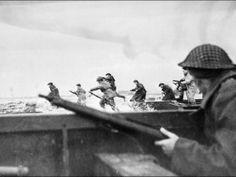 (103) - DIA D7 - El principal ataque por agua involucró unos 155.000 soldados aliados que desembarcaron en cinco playas en 80 kilómetros de costa de Normandía. El nombre en código de las playas era: Utah, Omaha, Gold, Juno y Sword.