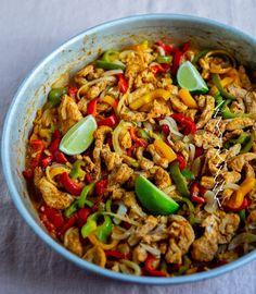 Superenkel taco med kyckling eller Oumph - ZEINAS KITCHEN Zeina, Mexican Food Recipes, Ethnic Recipes, Recipe Boards, Coleslaw, Kung Pao Chicken, Paella, Fried Rice, Guacamole