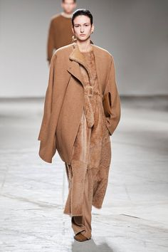 Agnona Fall 2020 Ready-to-Wear Fashion Show Collection: See the complete Agnona Fall 2020 Ready-to-Wear collection. Look 13 2020 Fashion Trends, Fashion 2020, Fashion Brands, Vogue Paris, Germany Fashion, Cool Outfits, Fashion Outfits, Vogue Russia, Fashion Show Collection