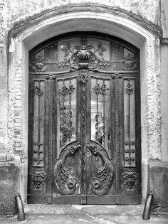 A marcali kovácsműhelynek is helyet adó ház kapuja. Hikman Béla tervezése és kivitelezése