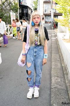 When we met Ten in Harajuku she was wearing a resale t-shirt with WEGO(ウィゴー) heart-cutout acid wash jeans, WEGO platform sandals, and Bubbles Harajuku pompom earrings.