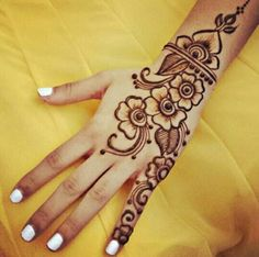 No occasion is carried out without mehndi as it is an important necessity for Pakistani Culture.Here,you can see simple Arabic mehndi designs. Henna Tattoo Designs, Henna Tattoos, Tatto Design, Best Mehndi Designs, Arabic Mehndi Designs, Simple Mehndi Designs, Bild Tattoos, Mehndi Designs For Hands, Henna Flower Designs