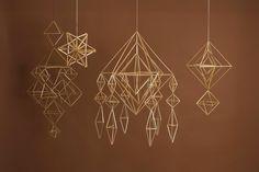 幸運を呼び込むとされる幾何学デザインが美しいヒンメリ。シンプルなものから多くの多面体をつなぎ合わせた複雑なものまで、多彩なアレンジが可能です。