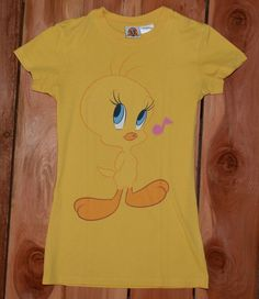 "Looney Tunes ""Tweety Pie"" Woman's Graphic Tee Shirt Size medium (7/9) #TweetyPie #LooneyTunes #WarnerBrothers #GraphicTeeShirt Womens Vintage Tees, Graphic Tee Shirts, Looney Tunes, Tweety, Pie, Medium, Mens Tops, Fashion, Torte"