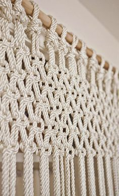 Most up-to-date Photo Macrame Curtain doorway Popular DIY macrame curtain (or could do slightly differently as wall hanging) Macrame Art, Macrame Projects, Macrame Knots, Macrame Bracelets, Loom Bracelets, Micro Macrame, Friendship Bracelets, Diy Décoration, Diy Crafts