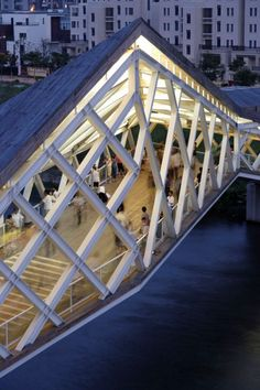 The bent axis of Quingpu Pedestrian Bridge, Designed by Ca-Design responds to different access conditions and visually adapts to the surroundings. Sky Bridge, Pedestrian Bridge, Bridges Architecture, Architecture Details, Chinese Bridge, Modern Architects, Landscape Architects, Bridge Design, Urban Planning
