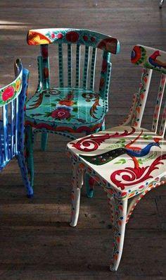 Sedie dalle tinte vivaci - Idee per decorare una sedia vecchia in stile folk.