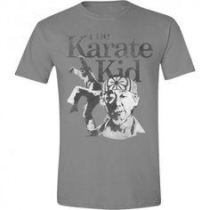 Genial camiseta de la película Karate Kid. Realizada en tonos grises, se puede ver la imagen del maestro Miyagi y de su alumno Dani. Una película mítica tanto para los amantes de las artes marciales como para aquellos que disfrutaron de la historia de superación y de aprendizaje de este joven karateka. ¡Recuerda las lecciones de Miyagi gracias a esta camiseta! #KarateKid #camisetas #cine