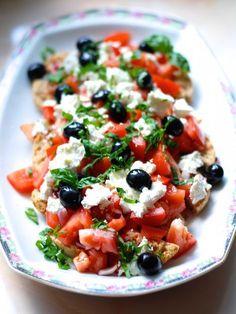 salát Dakos Greek Cooking, Vegetable Salad, International Recipes, Caprese Salad, Bruschetta, Food And Drink, Low Carb, Vegan, Vegetables