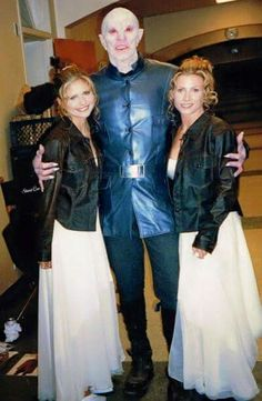 Behind the scenes of Buffy the vampire slayer! Sarah Michelle Gellar  (Buffy) Mark Metcalf (The Master) and Sophia Crawford (Buffy's Stunt Double) :-)  awsome photo I think... Share your thoughts :-D