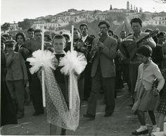 ΣΚΙΑΘΟΣ-Ο φωτογράφος Wolf Suschitzky βρέθηκε στην Ελλάδα το 1960 και αποτύπωσε με το φακό του τον ελληνικό χώρο, τις ασχολίες και τις παραδόσεις που τον περιβάλλουν, λίγο πριν την αναπόφευκτη αλλοίωσή του. Οι φωτογραφίες αυτές αποτελούν συνεπώς, τόσο μια καταγραφή, όσο και μια νοσταλγική απεικόνιση μιας ξεχασμένης Ελλάδας.